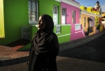 Capetown, South Africa: In the muslim suburb Bo-Kaap where in the beggining of the century slaves from Malaisia and Indonesia came to live///Στη μουσουλμανική γειτονιά Μπόου Καπ των κάποτε σκλάβων από την Μαλαισία και την Ινδονησία. Προσπερνώ τα ανακαινισμένα πολύχρωμα σπιτικά και τα τζαμιά του Κέηπτάουν  © Maro Kouri